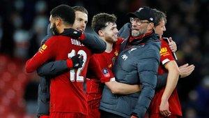 Klopp celebra con los jugadores del Liverpool un triunfo ante el Everton.