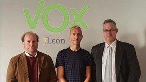 Sergio Sánchez, en el centro, junto a dirigentes de Vox, en León.