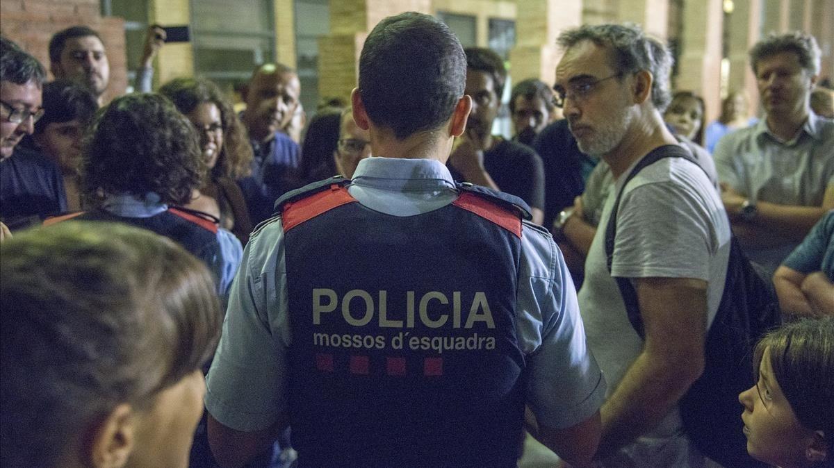Los Mossos reunidos con los concentrados en La Sedeta, en Barcelona.