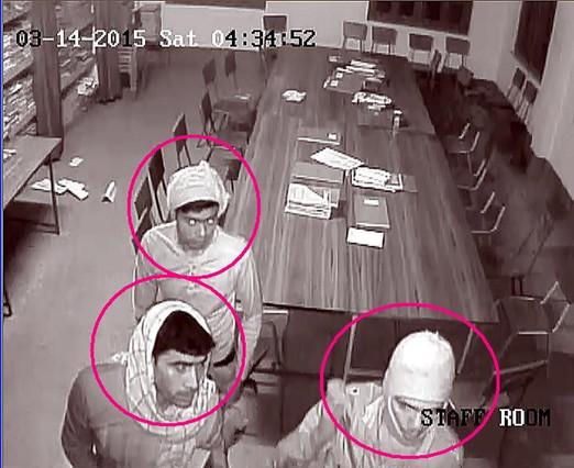 Seis de los asaltantes fueron captados por las cámaras de seguridad del colegio religioso.