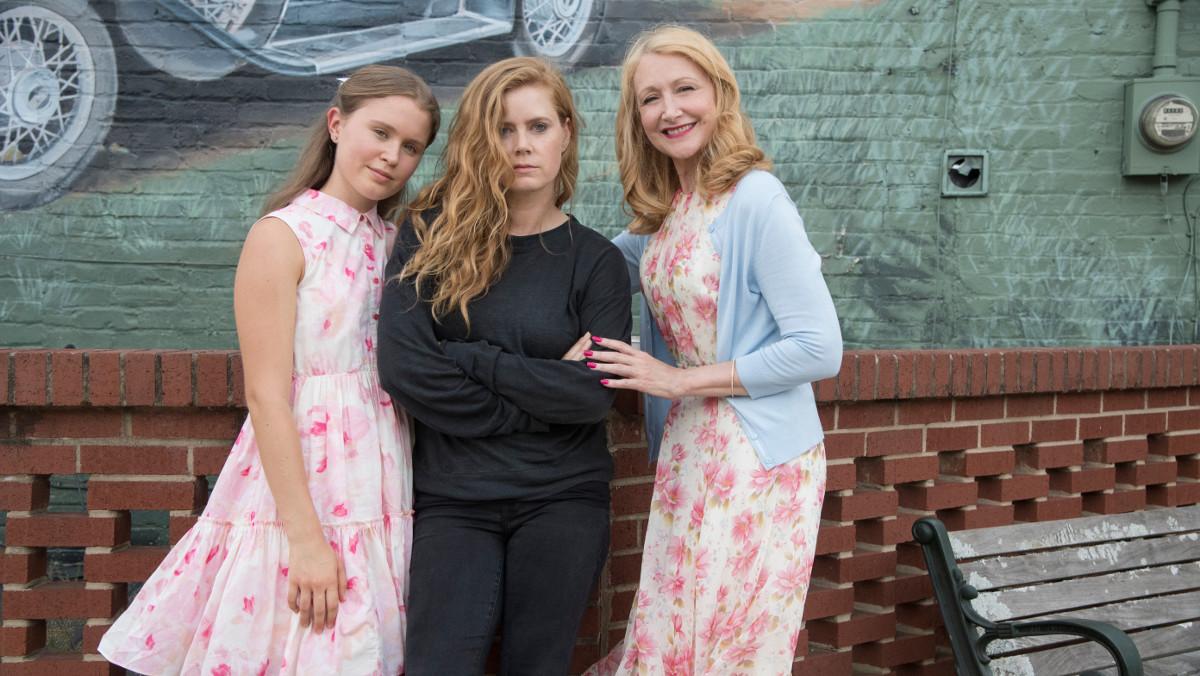 Las actrices Eliza Scanlen, Amy Adams yPatricia Clarkson, protagonistas de la serie de la HBO Heridas abiertas.