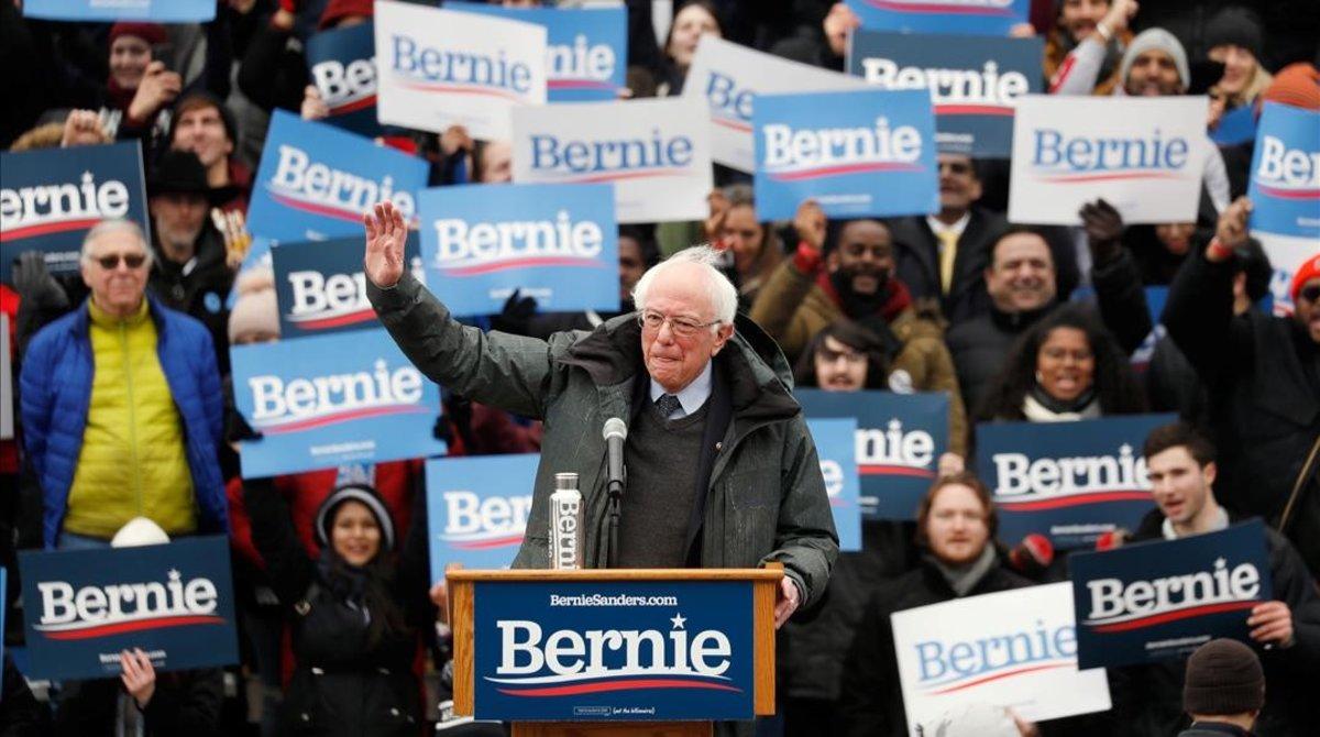 Simpatizantes de Bernie Sanders le animan durante la intervención del senador en un mitin en Vermont,Nueva York.