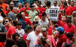 Simpatizantes de Lula esperan al expresidente de Brasil en Sao Bernardo do Campo.