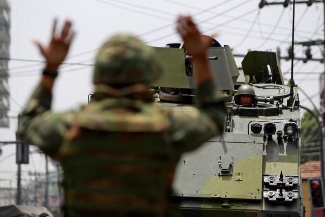 Soldados cubren los desplazamientos dentro de la favela Vila Cruzeiro de Rio de Janeiro.