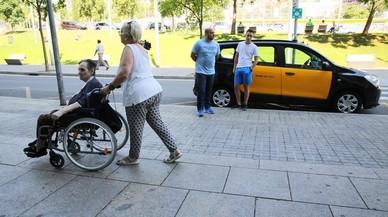 Los taxistas de Barcelona siguen en huelga pero ofrecen viajes gratis a hospitales