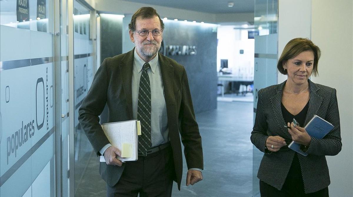 El líder del PP, Mariano Rajoy, y la secretaria general y ministra de Defensa, Dolores de Cospedal, este lunes a su llegada al comité de dirección conservador.