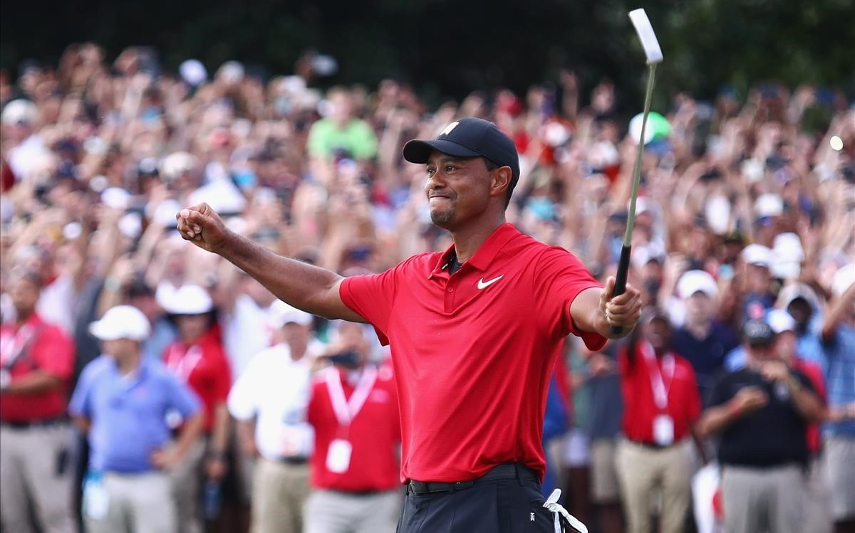 Tiger Woods levanta los brazos en señal de triunfo tras lograr la victoria en Atlanta