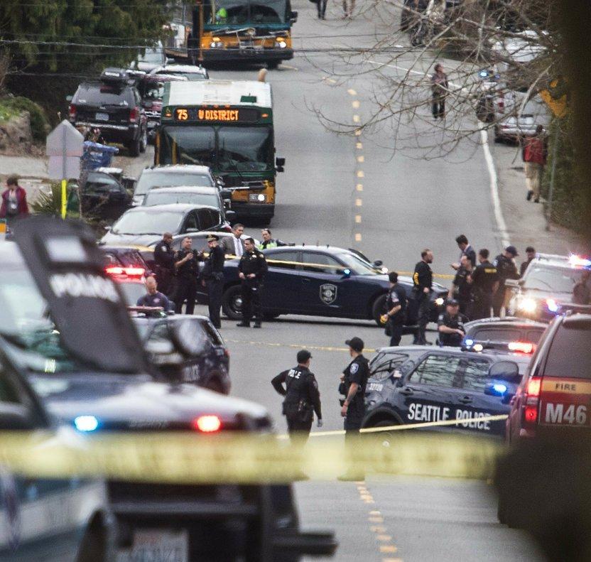 La policía de Seattle en la zona donde ocurrió un tiroteo. AP