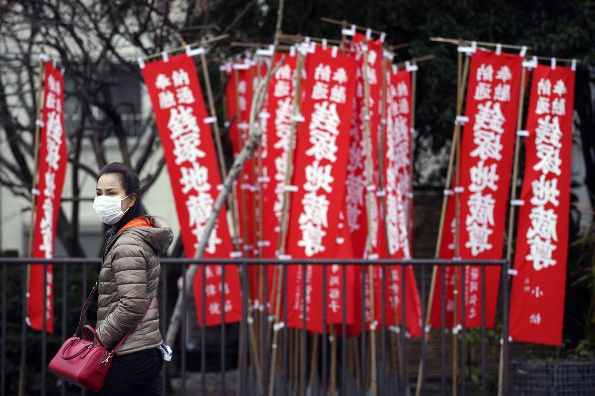 Una mujer pasea por una calle de Tokio.
