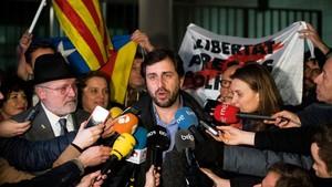 Toni Comín hace declaraciones a los medios de comunicacióna su salida de la fiscalía, en Bruselas, junto a Puig y Serret.