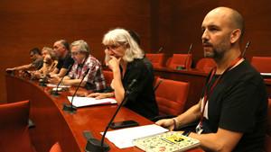 Trabajadores de los comités de empresa de TVC y Catalunya Ràdio, en la comisión de control de la CCMA en el Parlament.