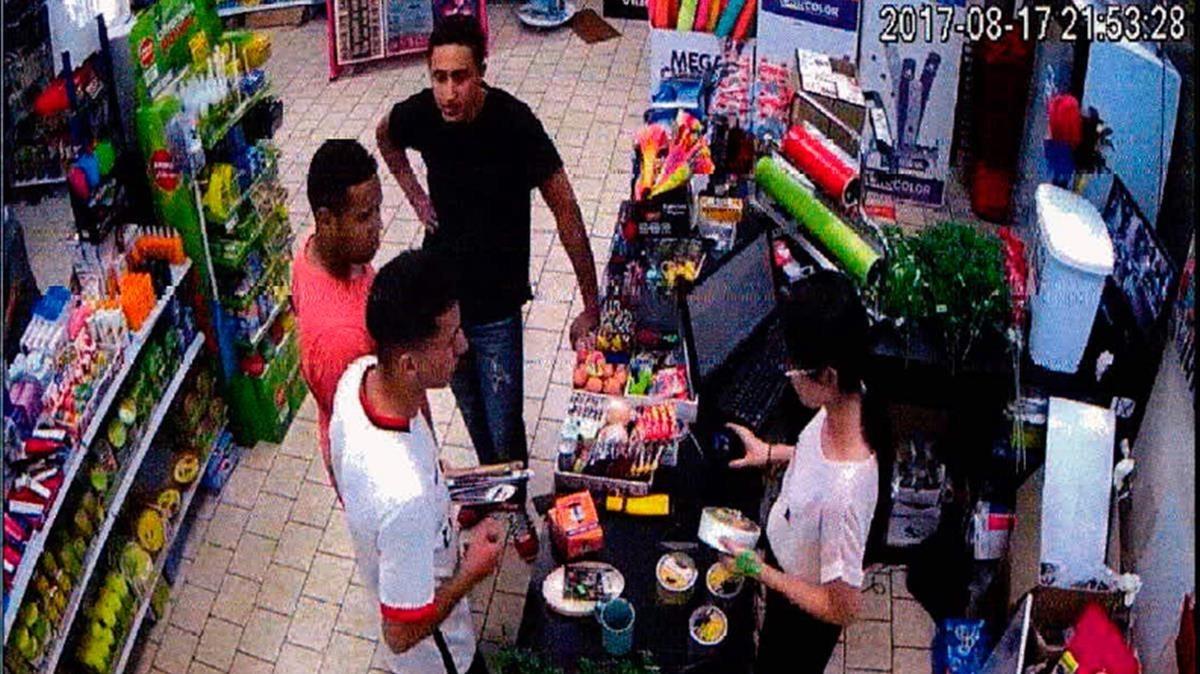 Tres de los terroristas, comprando cuchillos en un comercio chino.