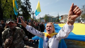 Activistas ucranianos participan en una protesta frente al Parlamento para demandar que el único idioma aceptado sea el ucraniano, este jueves, en Kiev.