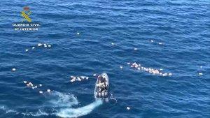 Imagen de la operación en la que han cochado una embarcación de la Guardia Civil y una narcolancha