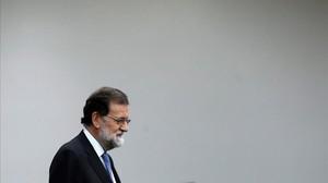 Mariano Rajoy entra en la sala de prensa de la Moncloa, el pasado viernes 27 de octubre, para anunciar la activación del 155 y la convocatoria de elecciones.