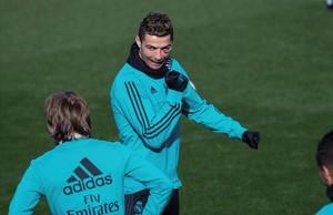 Cristiano, durante el entrenamiento en Valdebebas, luce el ojo amoratado tras un choque al marcar un gol.