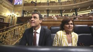 Pedro Sánchez y Carmen Calvo, en la sesión de control al Ejecutivo en el Congreso.