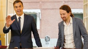 Pedro Sánchez y Pablo Iglesias, en octubre del 2018, en la firma del acuerdo de Presupuestos en la Moncloa.