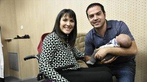 Yasmina Andrés, con su pareja y su bebéde menos de dos meses.