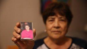 María Montoya muestra una fotografía de Josefa, su hermana fallecida tras el impacto de un patinete eléctrico.