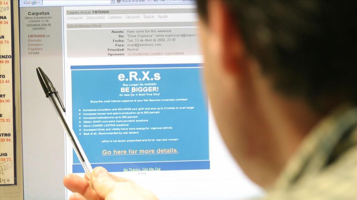 Un usuario consulta su correo electrónico.