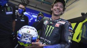 Valentino Rossi muestra el casco que ha estrenado hoy, en Misano, con una Viagra dibujada.