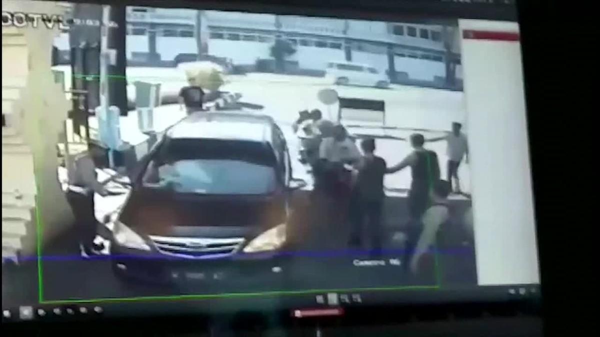 La bomba estaba oculta en una motocicleta conducida por dos personas hasta el control de seguridad de la entrada de la comisaría donde fue detonada por los suicidas.