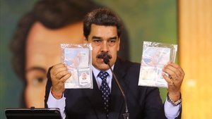 El presidente venezolano, Nicolás Maduro, muestra los documentos de identidad de losestadounidensesAiran Berry (derecha) yLuke Denman.