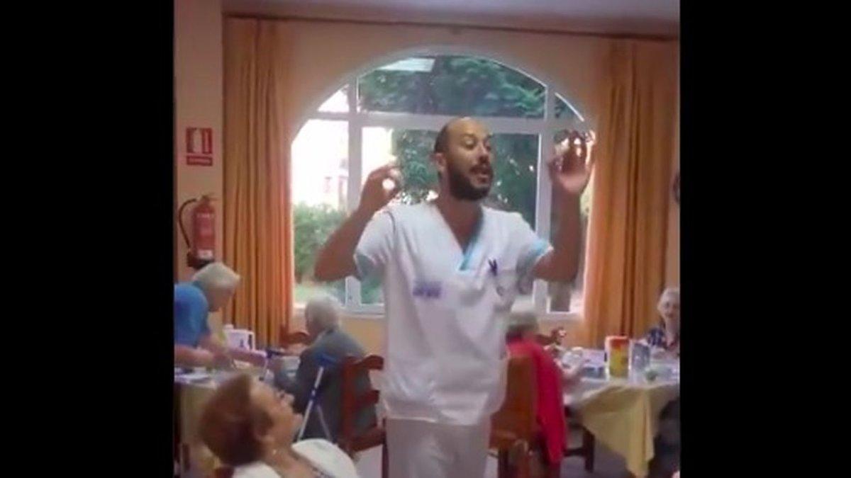 Vídeo viral: el auxiliar que canta copla a los abuelos de una residencia