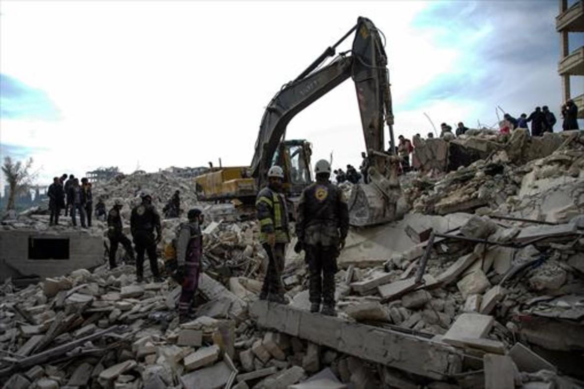 Voluntarios de la Defensa Civil Siria buscan supervivientes entre los escombros del ataque aéreo contra la ciudad de Idleb, el pasado 5 de febrero.