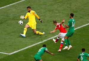 Denis Cheryshev se dispone a marcar rodeado de jugadores árabes.