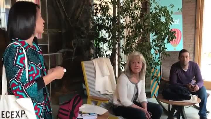 Xènia Tostado conversando con un chico en el acto organizado por Airbnb en Igualada (Barcelona).