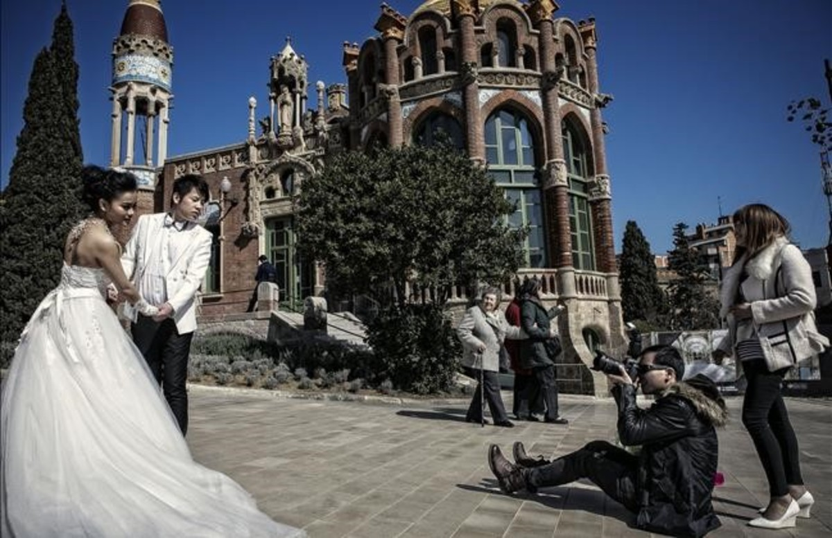 Una pareja de recién casados se fotografían en el recinto modernista de Sant Pau.