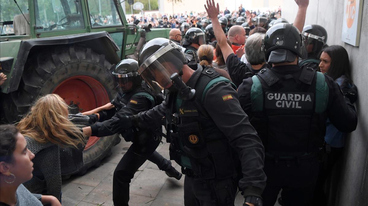 Un jutge d'Amposta imputa cinc guàrdies civils per les càrregues de l'1-O