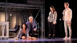 De izquierda a derecha, Nina, Nando González, Jana Gómez y Guido Balzaretti, en una escena de 'Casi normales'.