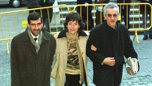 Mariàngels Feliu, entre su abogado y el portavoz de la familia.