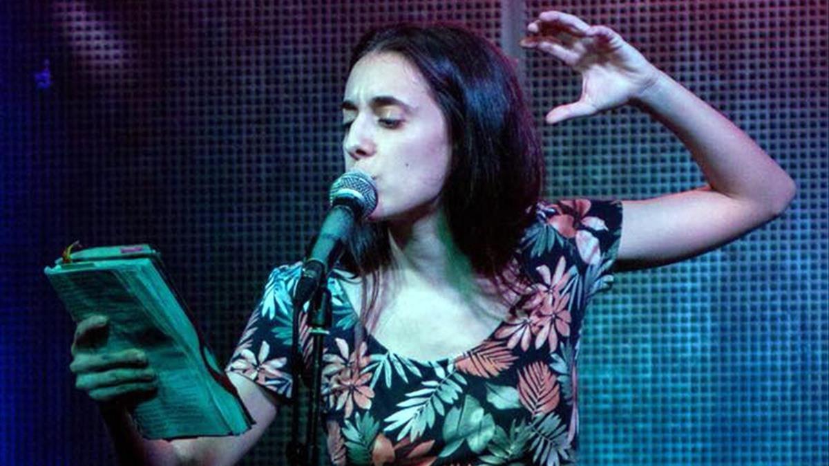 La poetisa Alejandra Marínez recitando el poema en el Intruso el pasado viernes, 5 de enero.