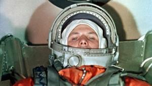 Yuri Gagarin, en la astronave Vostok, momentos antes de despegar hacia el espacio desde el cosmódromo de Baikonur, el 12 de abril de 1961.