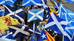 Banderas escocesas y esteladas en la marcha en Glasgow para pedir un nuevo referéndum sobre la independencia de Escocia.