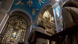 La capilla de la Puríssima con el retablo de Camps i Arnau, al fondo; y las coloristas pinturas de Fornells-Pla.