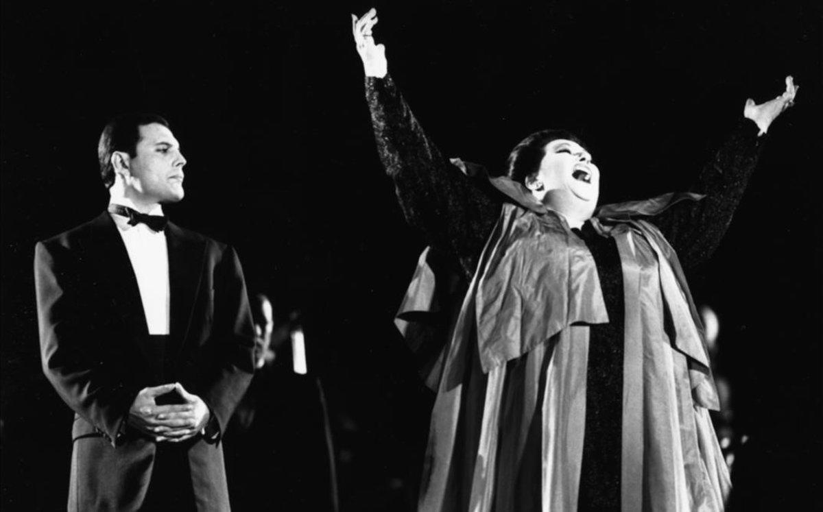 Freddie Mercury yMontserrat Caballé, durante la interpretación de Barcelona en octubre de 1988.