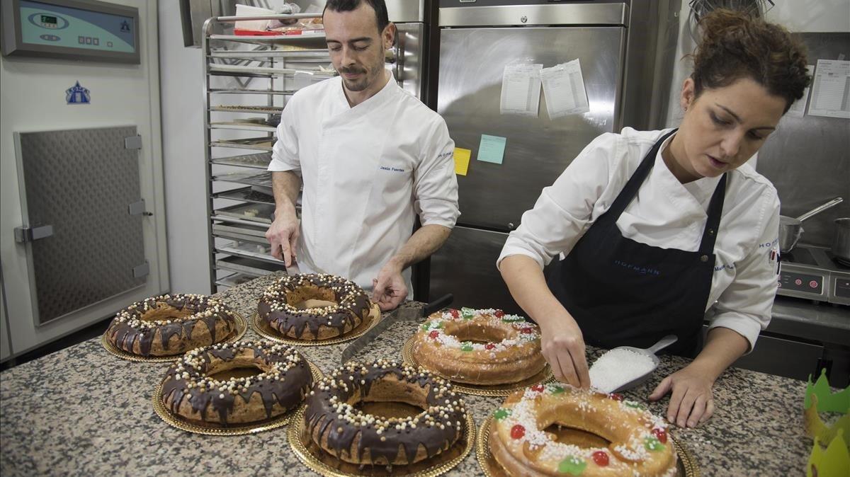 Malena Sánchez elabora un roscón de Reyes en la pastelería Hofmann.