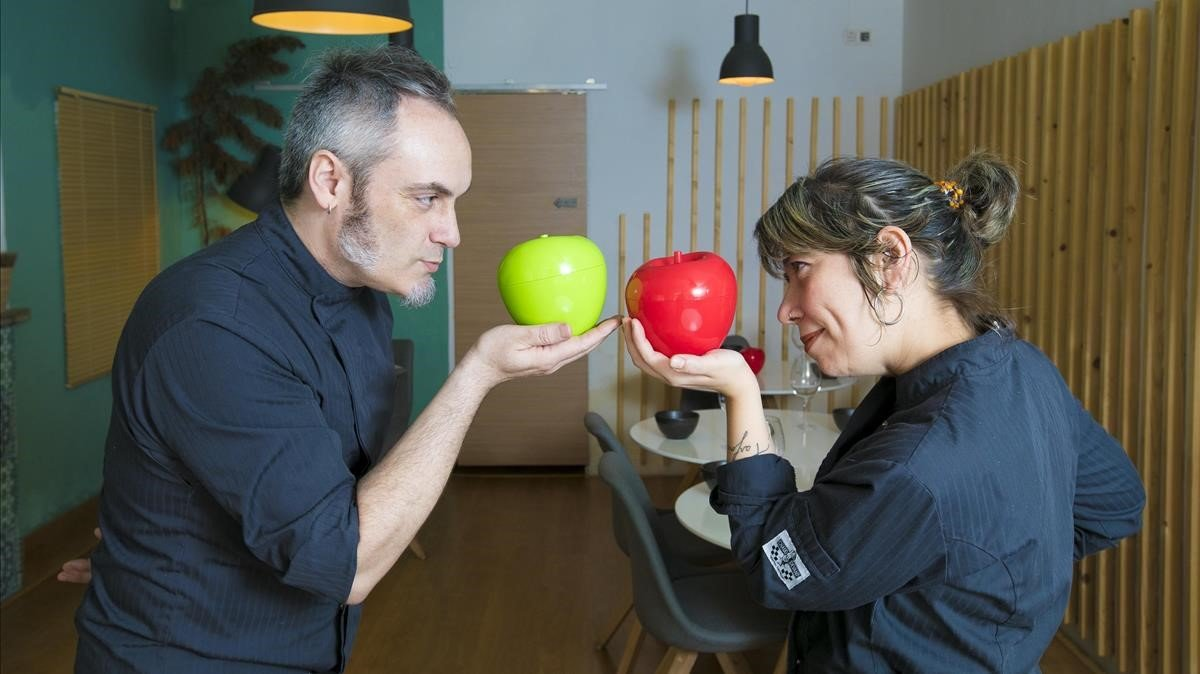 Robert Abella y Georgina Junqué, con manzanas que esconden poemas.