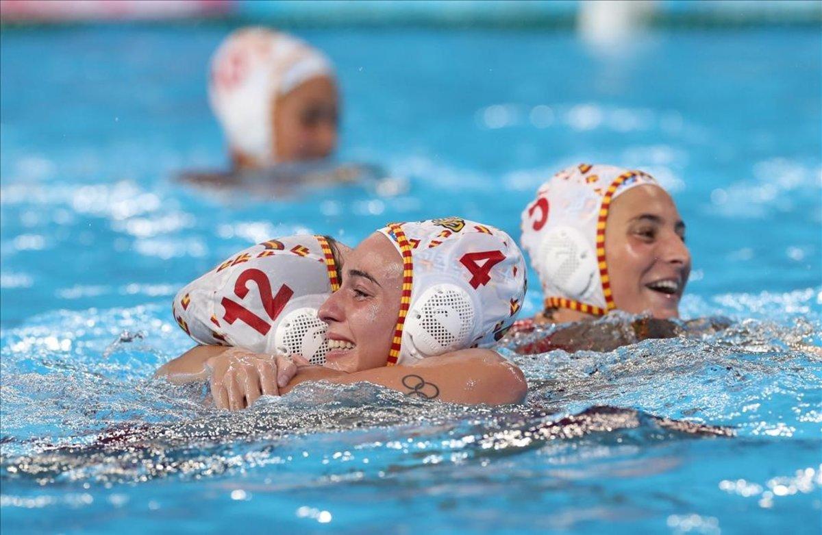 Roser Tarrago, Beatriz Ortíz y Paula Leiton celebran la victoria sobre Hungría (16-10).