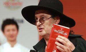 Marc Veyrat sostiene una guía Michelin, en febrero del 2018.