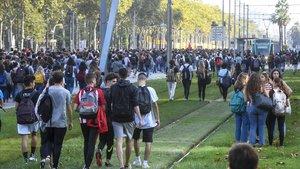 Estudiantes marchan por la Diagonal, el lunes.