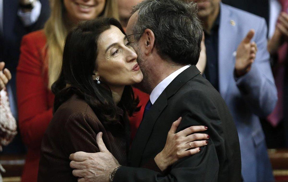 Pilar Llop, nueva presidenta del Senado, besa a su antecesor en el cargo, Manuel Cruz.