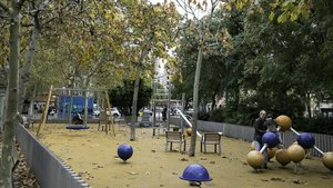 La plaza de Enriqueta Gallinat, con la estación de contaminación atmosférica al fondo, entre las calles de Urgell, València y avenida de Roma.