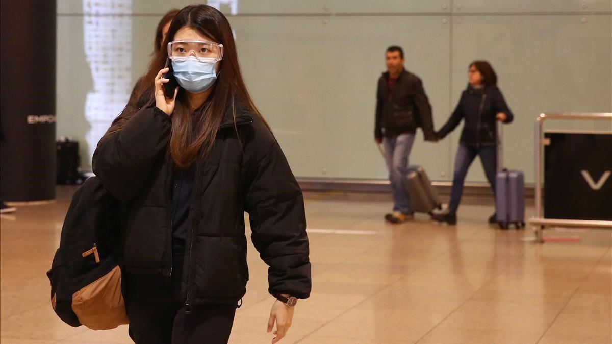 Una pasajera procedente de Milán, a su llegada al aeropuerto de Barcelona, este jueves.