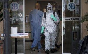 Equipo de desinfeccion en una residencia de ancianos de Barcelona, este lunes.